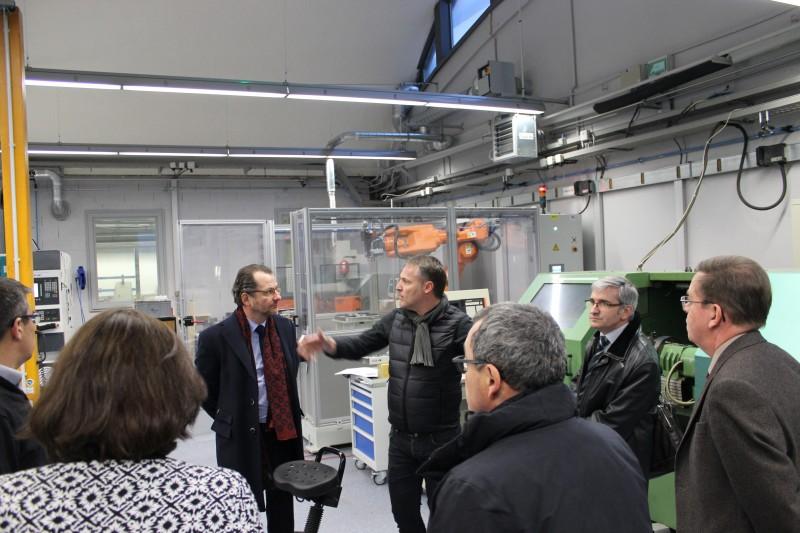 visite plateforme mécanique (devant un robot 6 axes financé en partie par la fondation F2I UIMM)