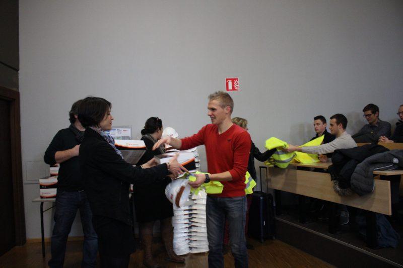 Anne Croux, responsable RH Eurovia remet un pack EPI à un étudiant de 3ème année